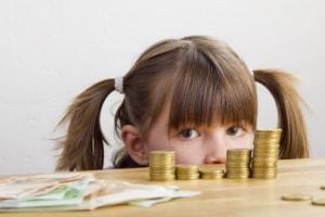 Geld und Emotionen - Mädchen mit Taschengeld